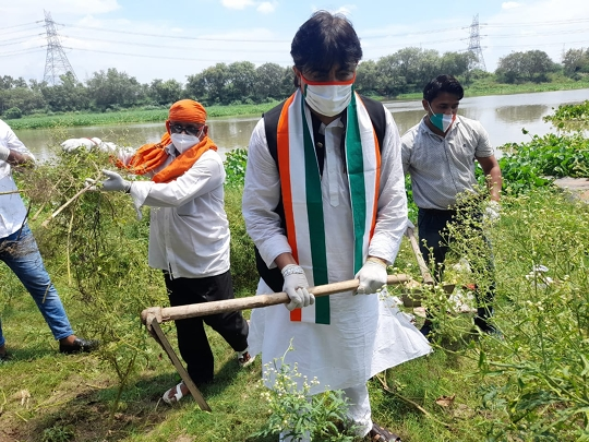 Vijay Bhardwaj Starts The Drive To Clean Hindon River Under PM's Gandagi Choro Bharat Campaign
