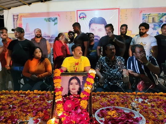 Pawan Singh  Emotional To Remember First Wife Neelam Singh  Celebrated Death Anniversary On The Sets Of The Film